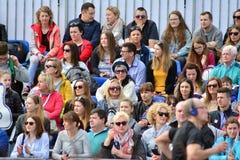 La vue de face des têtes publiques contemplent des marathoniens de ville photo stock