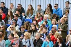 La vue de face des têtes publiques contemplent des marathoniens de ville images libres de droits