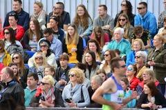 La vue de face des têtes publiques contemplent des marathoniens de ville images stock