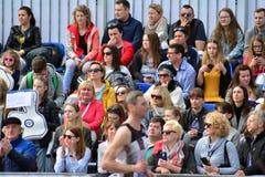 La vue de face des têtes publiques contemplent des marathoniens de ville photo libre de droits