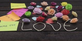 La vue de face du message imitation écrite dans les autocollants colorés sur un amour knoted le fond Images libres de droits