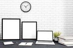 La vue de face du workpark avec l'écran vide d'ordinateur portable, le cadre vide, et le carnet modren dedans à la maison le trav Image libre de droits