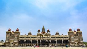 La vue de face de palais de Mysore avec le ciel bleu photos libres de droits