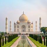 La vue de face de Taj Mahal a réfléchi sur la piscine de réflexion images stock