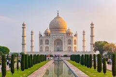La vue de face de Taj Mahal a réfléchi sur la piscine de réflexion image stock