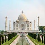 La vue de face de Taj Mahal a réfléchi sur la piscine de réflexion photos libres de droits