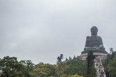 La vue de face de Tian bronzent le grand Bouddha sur le fond obscurci de ciel photographie stock
