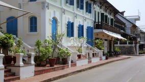 la vue de facile à vivre détendent des rues de Luang Prabang, Laos banque de vidéos