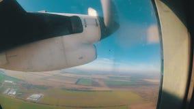 La vue de la fenêtre d'un avion léger sur un moteur avec les pales d'hélices tournantes clips vidéos