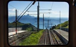 La vue de fenêtre de train de roue dentée de chemin de fer voie vers le bas la station de Rigi Kulm, luzerne, Suisse Photos libres de droits