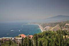 La vue de flanc de coteau de Taormina en Sicile avec le mont Etna images stock
