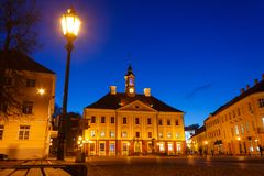 La vue de hôtel de ville Tartu et hôtel de ville ajustent photographie stock