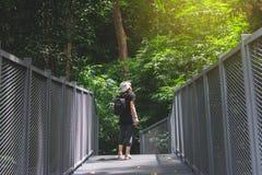La vue de la jeune femme marchant sur la promenade de ciel et apprécient chez Chiangmai M images stock