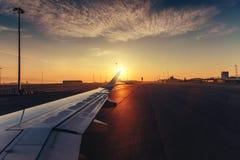 La vue de l'aéroport et l'avion s'envolent de l'intérieur Photo libre de droits