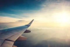 La vue de l'aéroport et l'avion s'envolent de l'intérieur Images stock