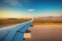 La vue de l'aéroport et l'avion s'envolent de l'intérieur Photos libres de droits