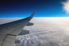 La vue de l'aéroport et l'avion s'envolent de l'intérieur Images libres de droits