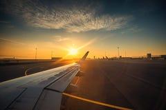 La vue de l'aéroport et l'avion s'envolent de l'intérieur Image stock