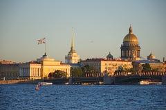 La vue de l'Amirauté et de la cathédrale de St Isaac avec les lièvres est Photos stock