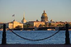 La vue de l'Amirauté et de la cathédrale de St Isaac avec les lièvres est Photo libre de droits