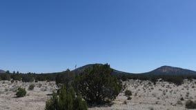 La vue de l'Arizona, de Grand Canyon, d'A des montagnes et les arbres de la fenêtre Grand Canyon Railroad banque de vidéos