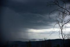 La vue de l'arrivée d'une tempête, est prochain hiver photos stock