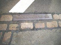 La vue de l'enseigne Berlin Wall en métal a isolé berlin l'allemagne l'europe Photos libres de droits