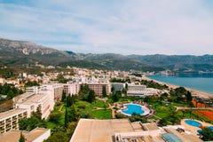 La vue de l'hôtel sur la promenade de Becici Image stock