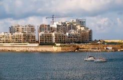 La vue de l'horizon de ville de Sliema de La Valette à travers Marsamxett Image stock
