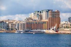 La vue de l'horizon de ville de Sliema de La Valette à travers Marsamxett Photos libres de droits