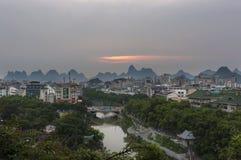 La vue de l'horizon de la ville de Guilin avec la chaux célèbre fait une pointe sur le fond au coucher du soleil, en Chine Image stock
