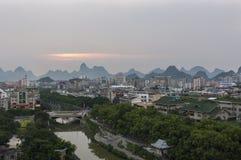 La vue de l'horizon de la ville de Guilin avec la chaux célèbre fait une pointe sur le fond au coucher du soleil, en Chine Photos libres de droits