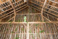 La vue de l'intérieur d'une vieille grange Photos libres de droits