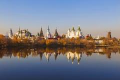 La vue de l'Izmailovo le Kremlin et l'argent-raisin s'accumulent pendant l'automne d'or moscou photographie stock libre de droits