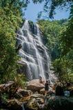 La vue de la cascade et les gens dans l'Itatiaia se garent Photos libres de droits