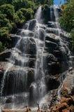La vue de la cascade et les gens dans l'Itatiaia se garent Image libre de droits