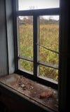 La vue de la fenêtre d'une maison abandonnée de village Photo stock