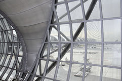 La vue de la fenêtre du bâtiment d'aéroport à Bangkok, Tha Images stock