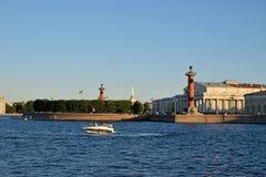 La vue de la flèche avec les colonnes Rostral et le musée naval et Photos stock