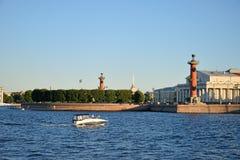 La vue de la flèche avec les colonnes Rostral et le musée naval et Image stock