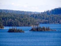 La vue de la frontière arrose des lacs avec des îles Photos stock