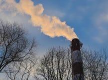 La vue de la fumée d'un grand tuyau Photos libres de droits