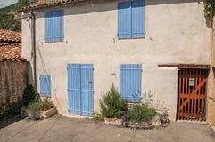 La vue de la maison avec les volets bleus s'est fermée dans Moustiers-Sainte-Marie Photo stock