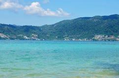 La vue de la mer, le ciel et les montagnes envahis avec la jungle tri Trang échouent à Phuket Images libres de droits