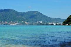 La vue de la mer, le ciel et les montagnes envahis avec la jungle tri Trang échouent à Phuket Photos stock