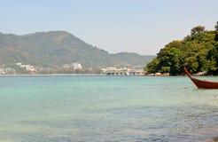 La vue de la mer, le ciel et les montagnes envahis avec la jungle tri Trang échouent à Phuket Photos libres de droits