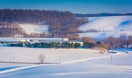 La vue de la neige a couvert des champs de Rolling Hills et de ferme à York rural image libre de droits