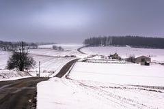 La vue de la neige a couvert des collines et des champs dans le comté de York rural, Penn image libre de droits