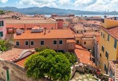 La vue de la petite vieille ville de toit sur le lac Photographie stock libre de droits