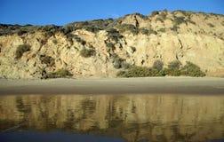 La vue de la plage bluffe en Crystal Cove State Park, la Californie du sud images libres de droits